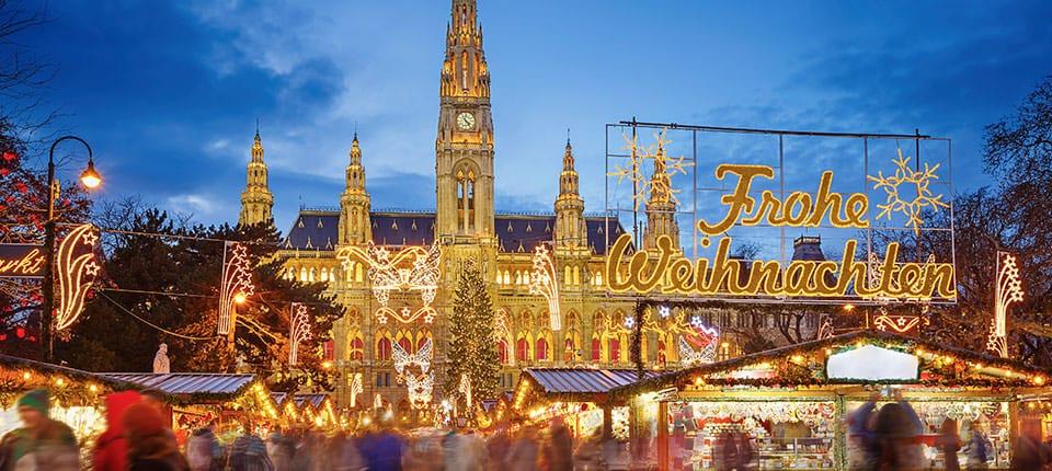 Det store julemarked foran rådhuset i Wien.