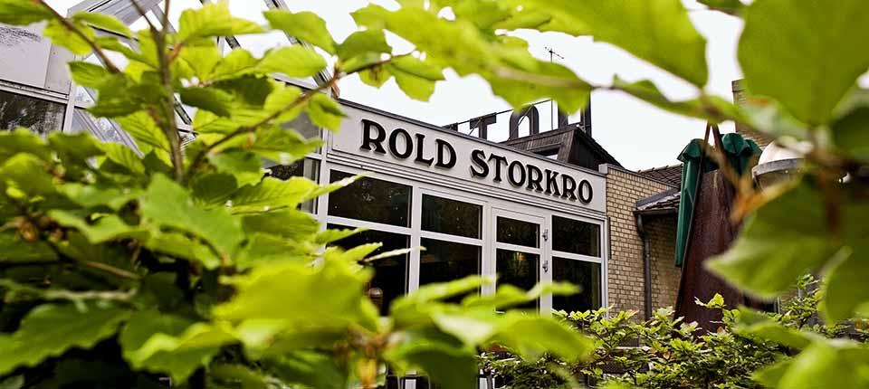 Vi bor på Rold Storkro, som ligger smukt blandt træerne.
