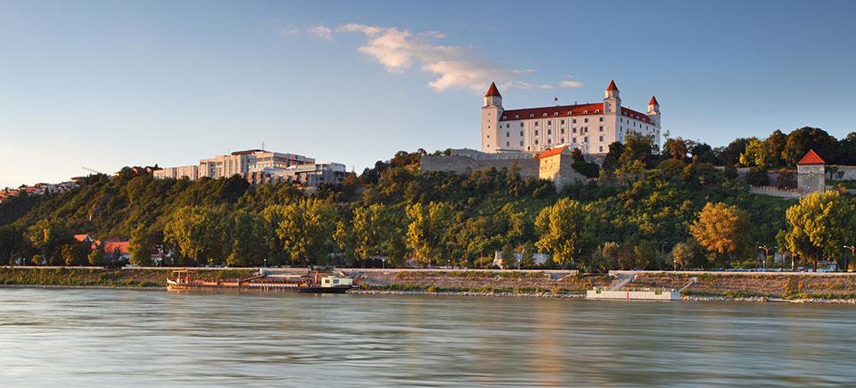 Borgen i Bratislava, som ligger hævet over Donau.
