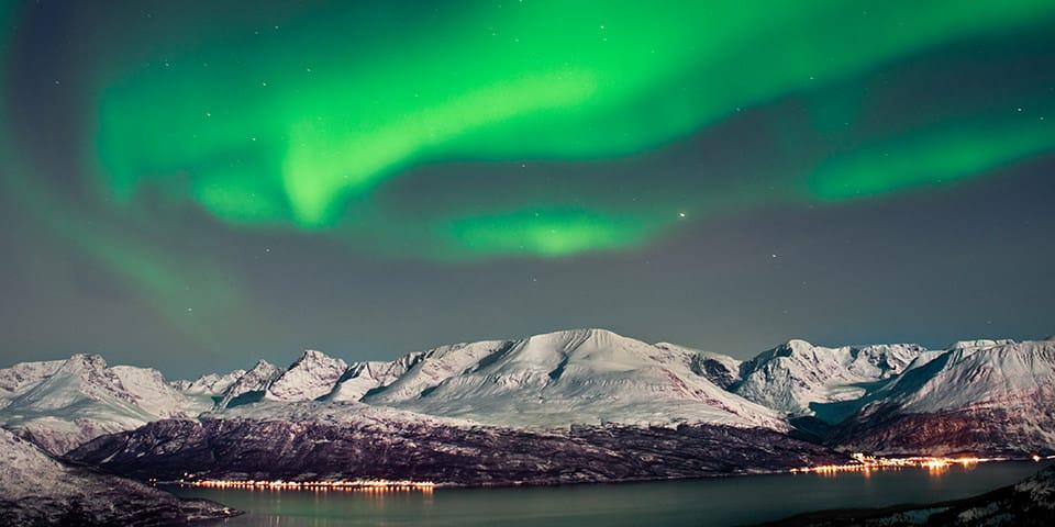 Foto: man forsker intensivt i nordlys i tromsø, hvor dette