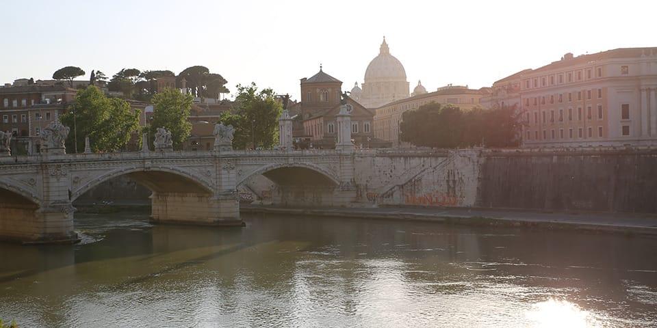 Flod med Peterskirken i baggrunden - Storbyferie i Rom