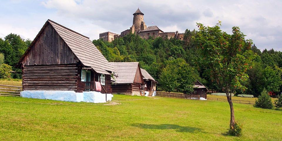 Traditionelle huse med Stara Lubovna-slottet i baggrunden - Slovakiet og Tatrabjergene