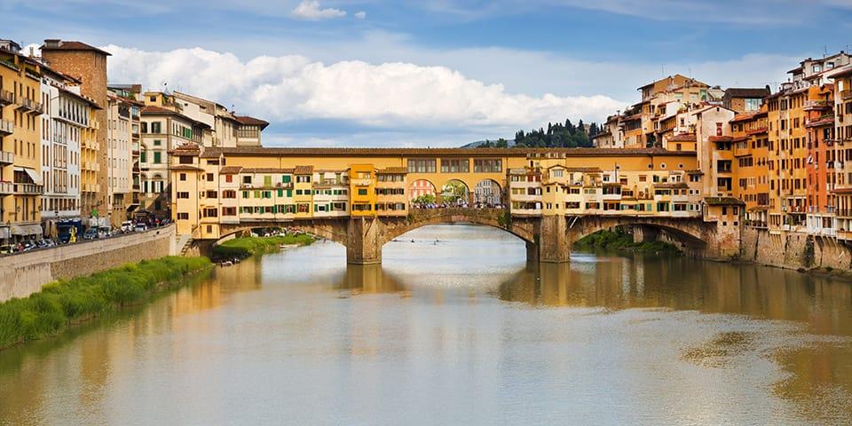 Foto: den berømte 'gamle bro', ponte vecchio, går over floden arno