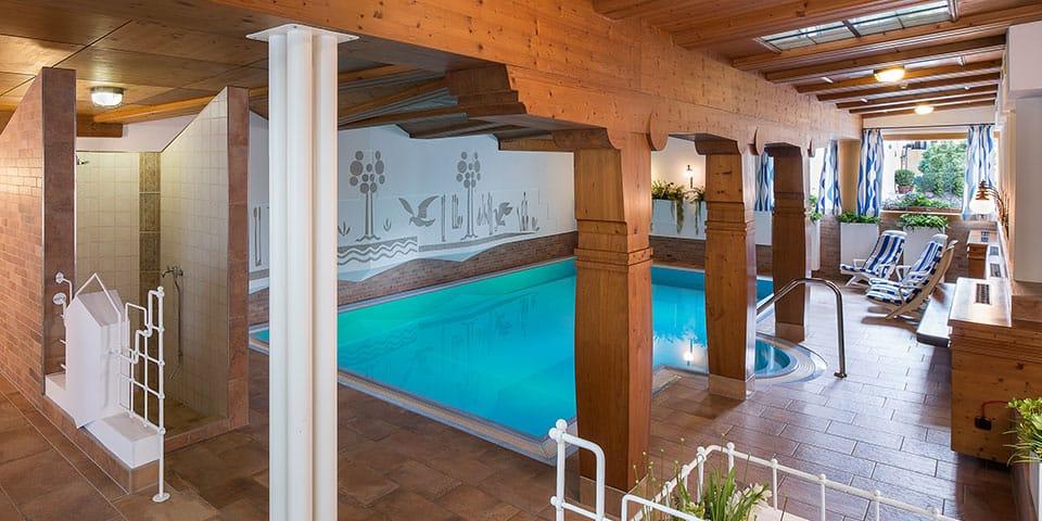 Indendørs pool på Hotel Jakobwirt - Westendorf Tyrol i fuldt flor