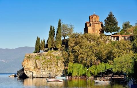 Sol over kirke ved Ohridsoeen - Makedonien & Ohridsoeen · Langtidsrejse