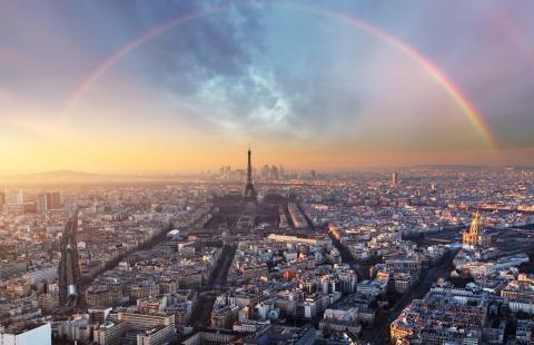 Eiffeltårnet med regnbue.