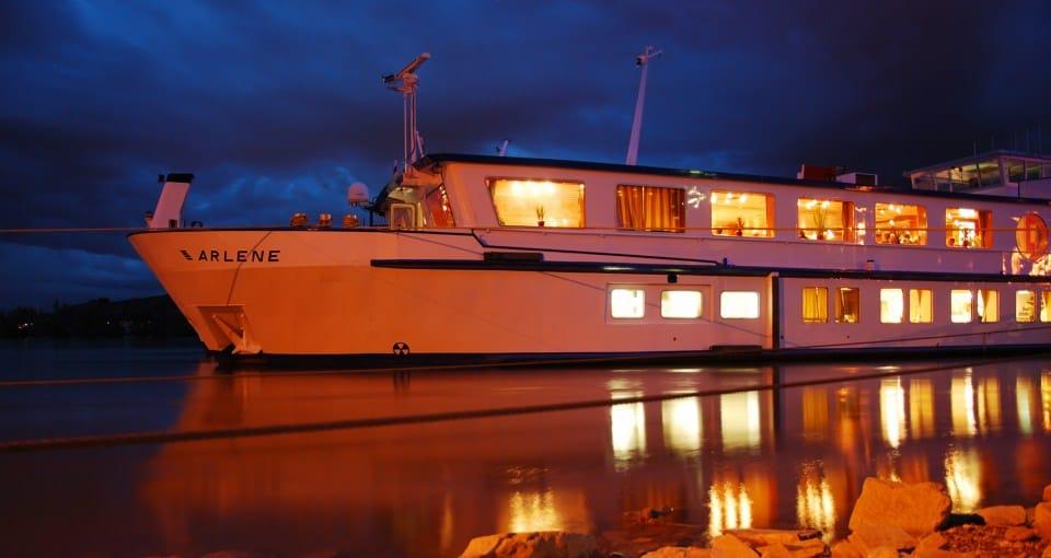 MS Arlene lyser flot op i nattemørket.