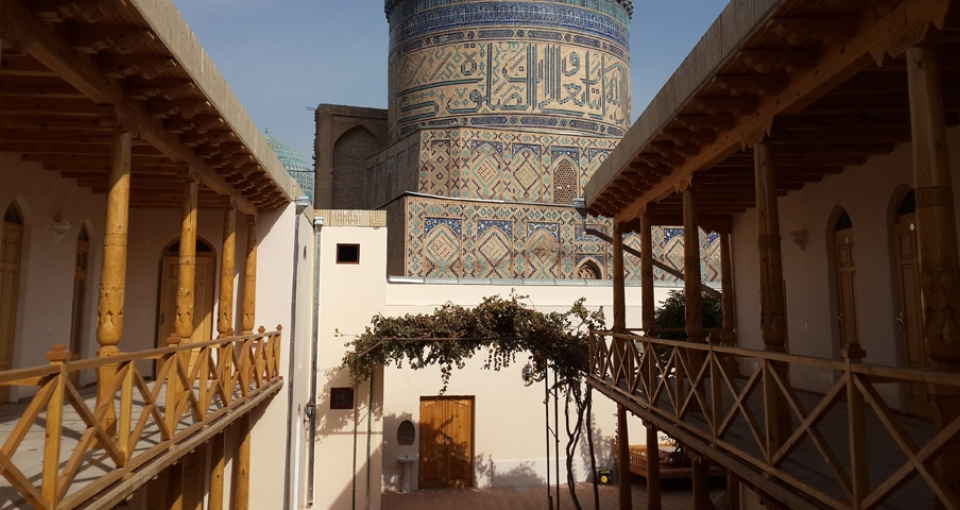 Hotellet med Bibi Khanum moskéen i baggrunden.