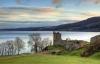 Urquhart Castle med Loch Ness i baggrunden
