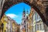 Farverige bygninger i Prag.