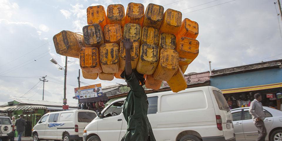 Mand med dunke i Addis Ababa.