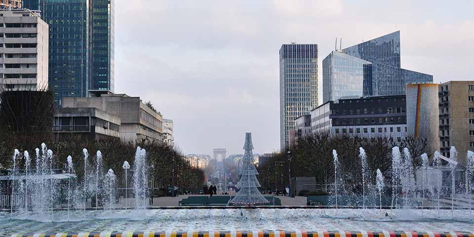 Udsigt fra La Défense til Triumfbuen.