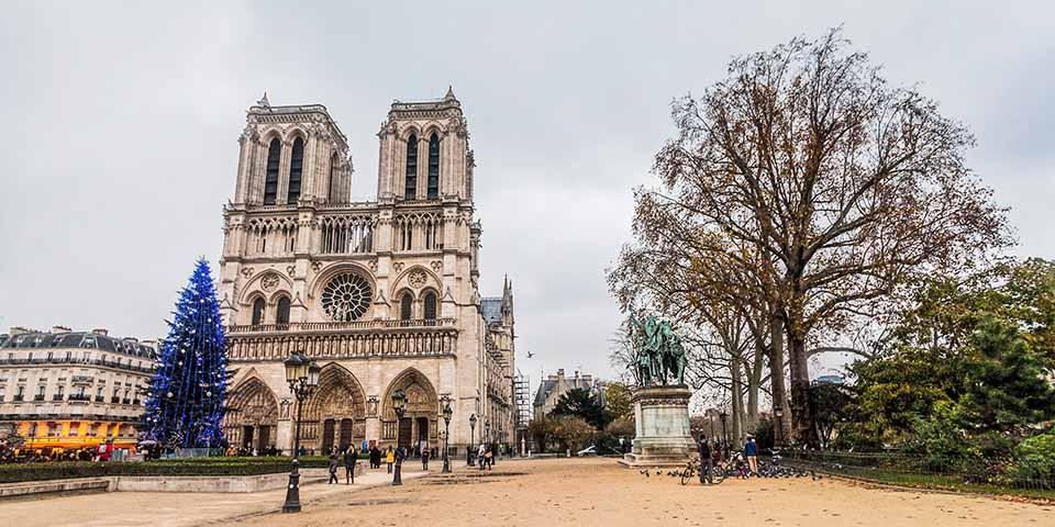 Pladsen foran Notre Dame prydes i december altid af et juletræ.