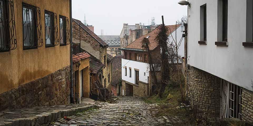 Buda-siden med smalle gader, hyggelige caféer og enestående middelalderhuse.