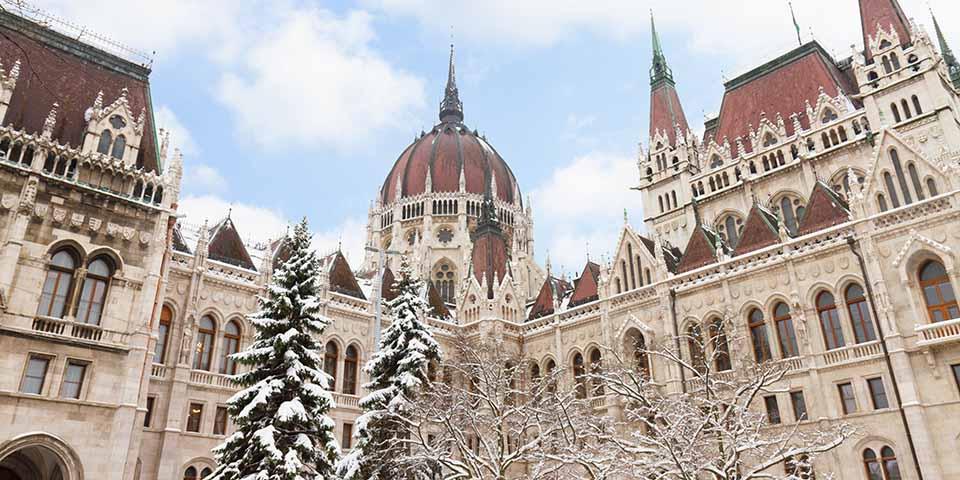 Parlamentsbygningen i vinterkostume.