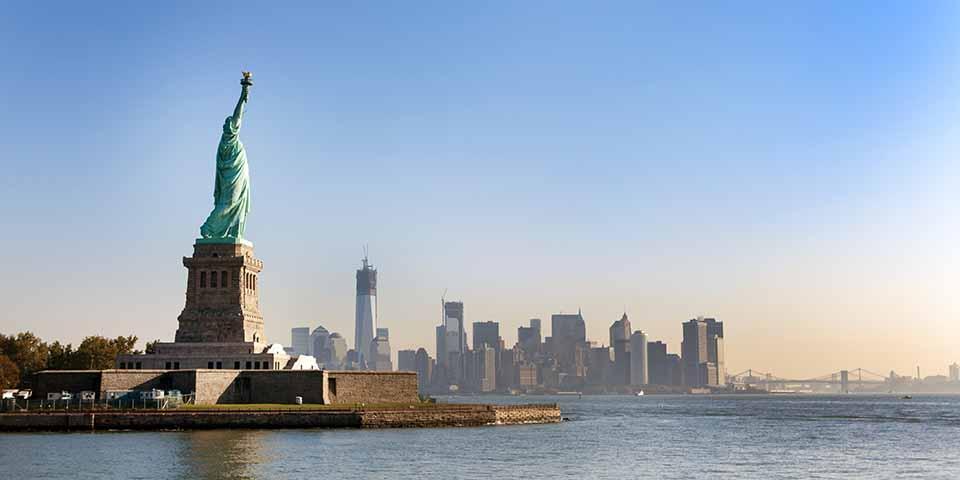 Frihhedsgudinden med Manhattan i baggrunden.