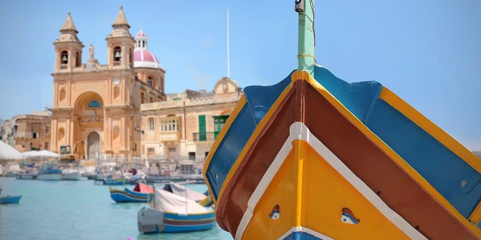 Kulørte både på havnefronten i Marsaxlokk.