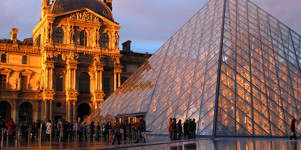 Den flotte pyramideindgang ved Louvre.