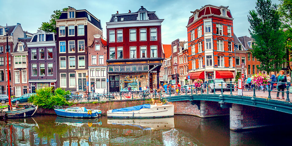 Der er så hyggeligt i farverige og charmerende Amsterdam.