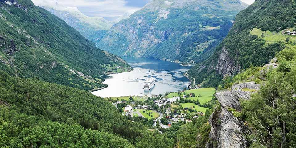 Geirangerfjorden set fra et udkigspunkt på Dalsnibba.