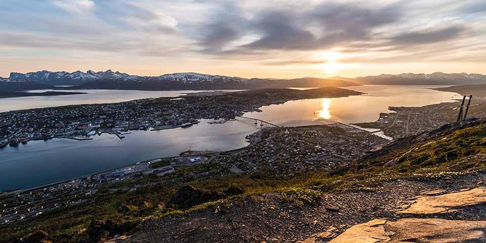 Midnatssolen har lagt sig over Tromsø.