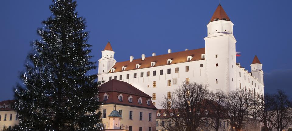 Juletræ foran slottet i Bratislava.