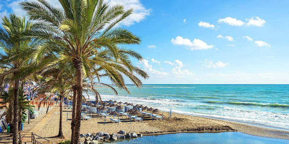Når solen skinner, indbyder stranden til afslapning.