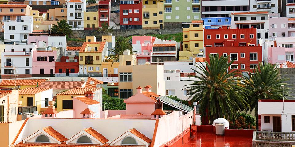 Farverige huse i San Sebastian på La Gomera.