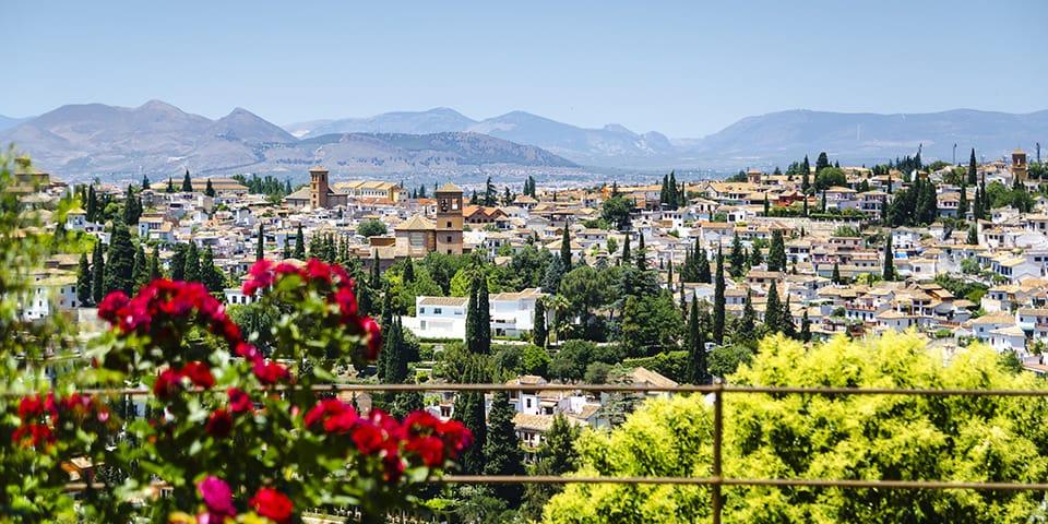 Granada ligger smukt for foden af bjergkæden Sierra Nevada.