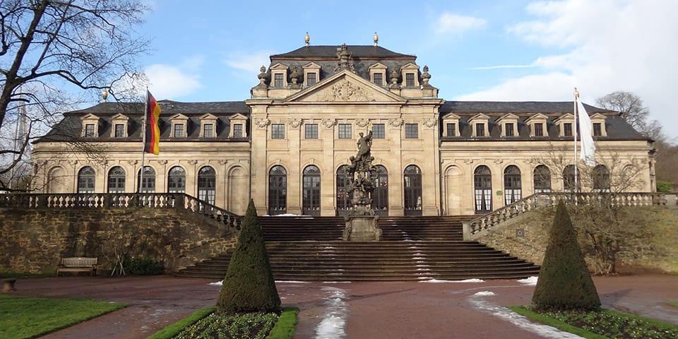 I Fulda ser vi flere af byens imponerende bygninger.