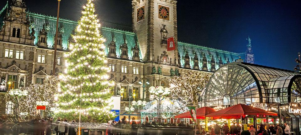 Det store julemarked på rådhuspladsen i Hamborg.