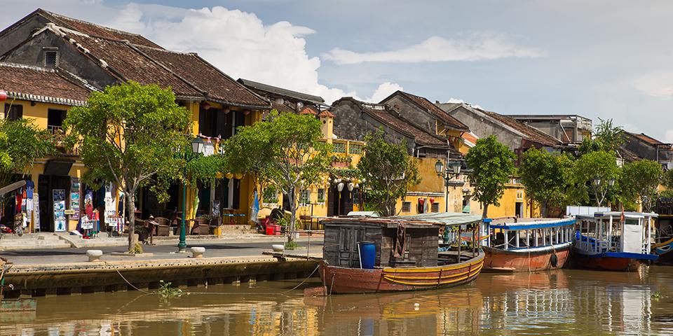 Fra Thu Bon-floden ser vi nærmere på Hoi An.