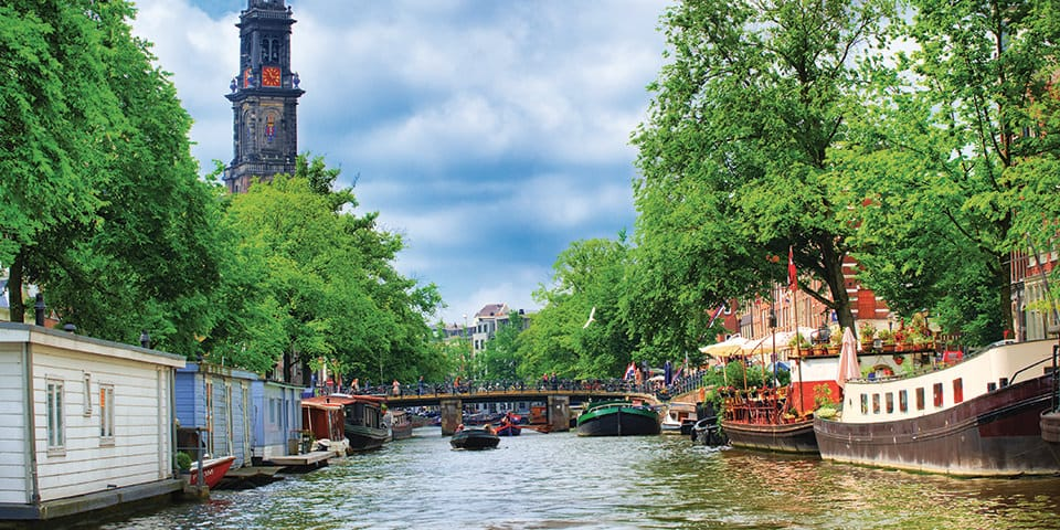 Amsterdam er gennemskåret af kanaler på kryds og tværs.