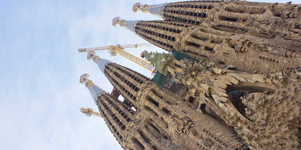 Juletræet bliver sat op på La Sagrada Família.