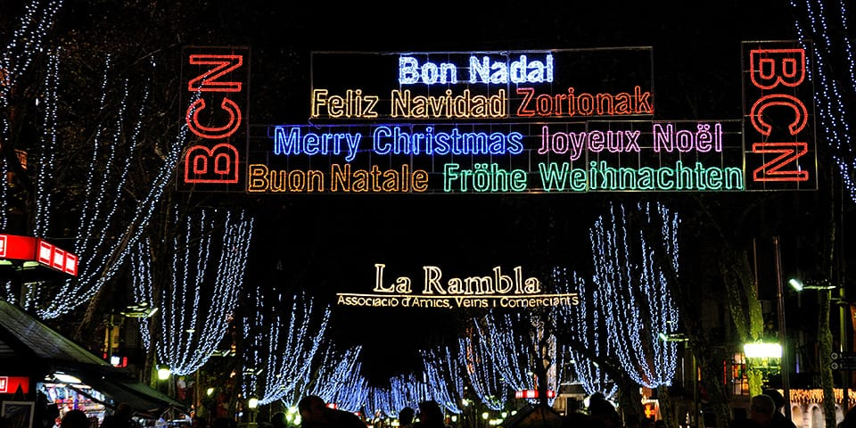La Rambla iklædt farvestrålende julelys.