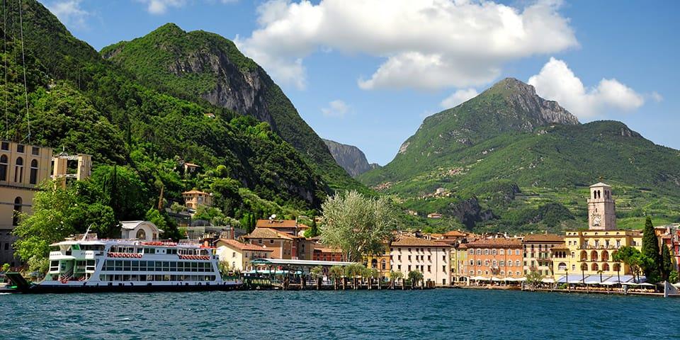 Det skønne havneområde i Riva del Garda.