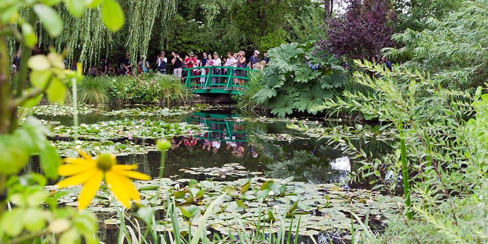Den ikoniske grønne bro i Monets have.