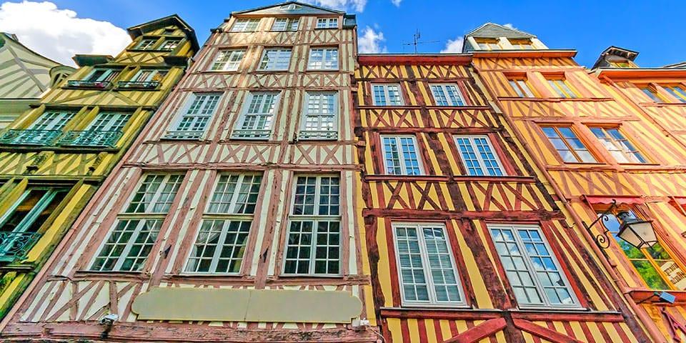 Farverige bindingsværkshuse i Rouen.