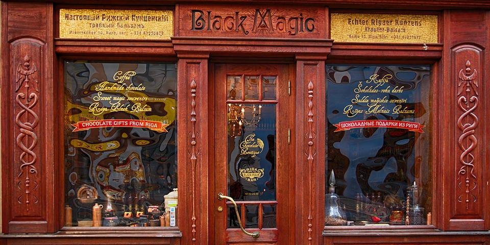 På Black Magic Café smager vi den berømte Riga Balzam.