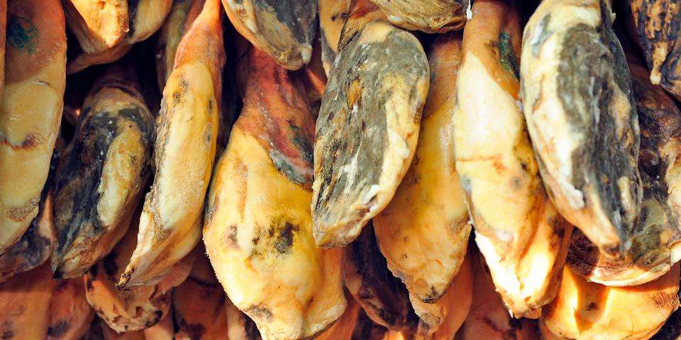 Jamón Serrano-skinker hænger til tørre.