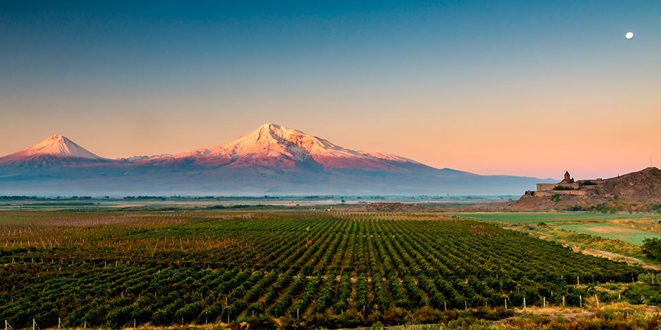 Det imponerende Ararat-bjerg med klosteret Khor Virap i forgrunden.