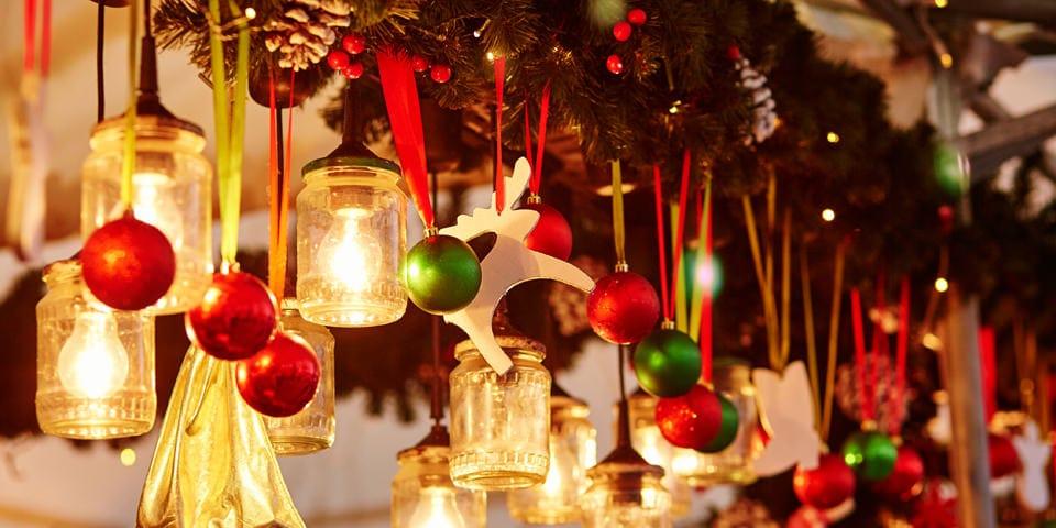 Julefreden indfinder sig ved juletræet.