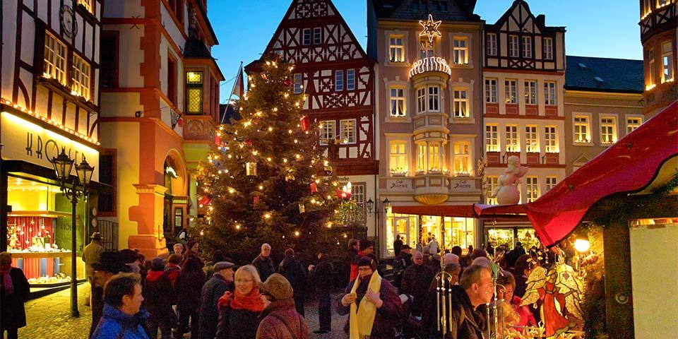 Bernkastel danner en stemningsfuld kulisse om julemarkedets små træboder.