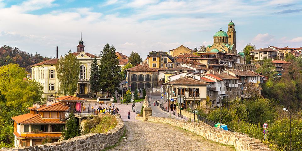 Veliko Tarnovo med Tsarevets-fortet i baggrunden.