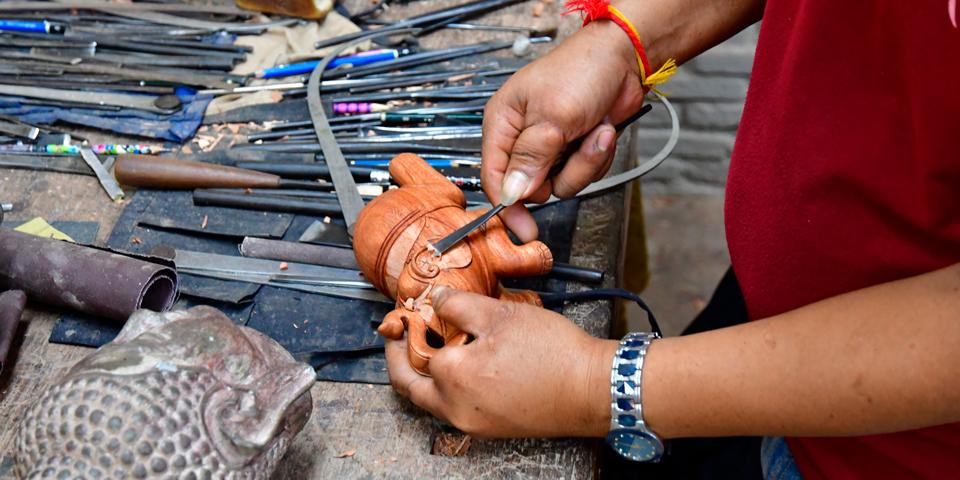 Træskærerarbejde i Les Artisans d'Angkor.