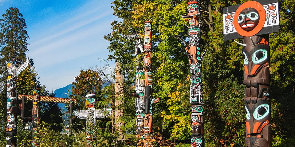 Farverige totempæle i Stanley Park.