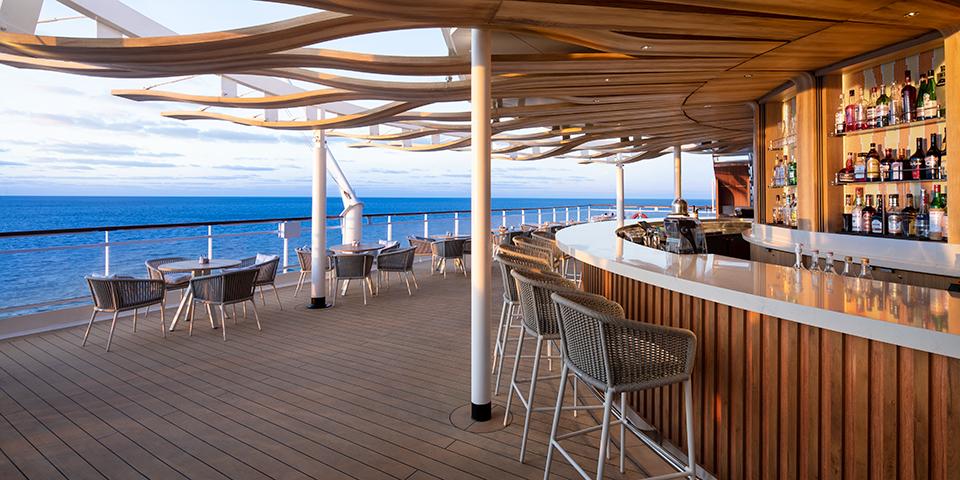 Nyd solnedgangen fra en af skibets mange barer.