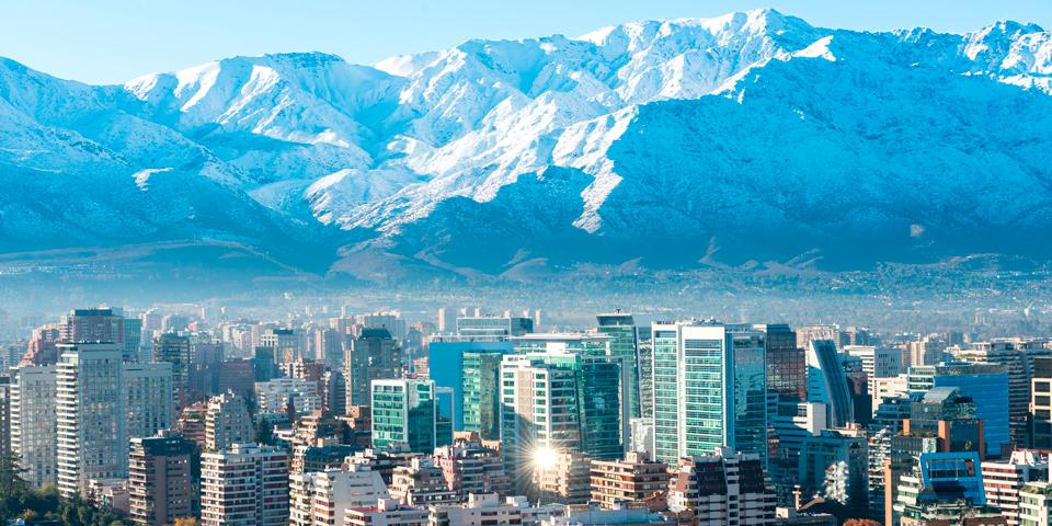 Santiago de Chile med Andesbjergene som flot bagtæppe.
