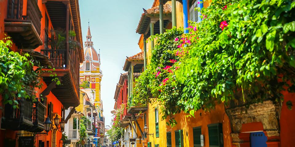 Farverig gade i Cartagena i Colombia.