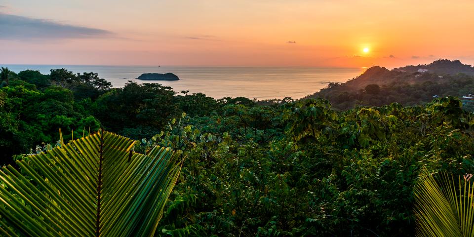 Solen går ned bag Manuel Antonio Nationalpark.
